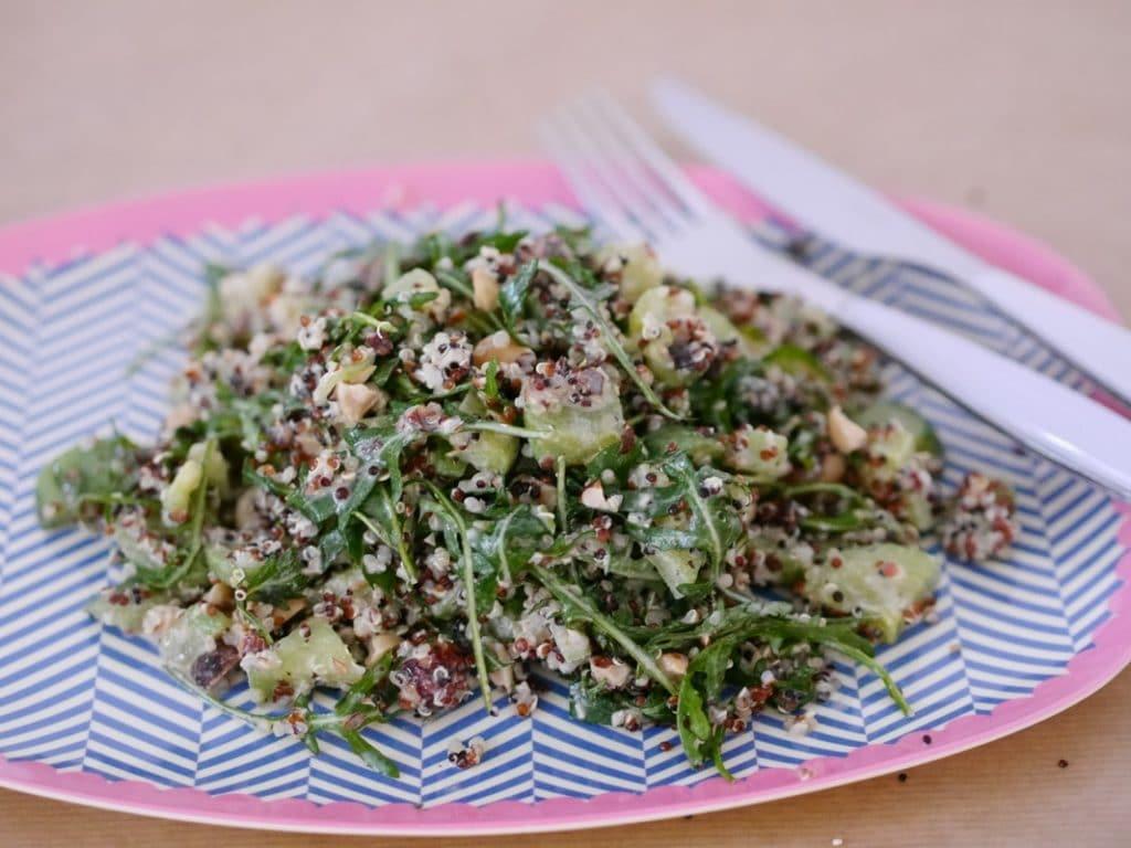 Zuckerfreie Ernährung – Zuckerfrei leben == Quinoa Salat mit Rucola, Nüssen & Gurke
