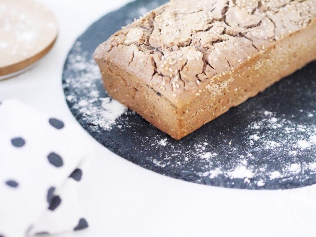 Low Carb Brot – Glutenfreies Rezept == Brot mit Buchweizen, Nüssen und Chiasamen