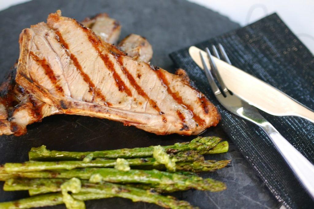 Kalbskotelett grillen: Mit Pesto-Sauce, Spargel und Gemüse-Päckchen