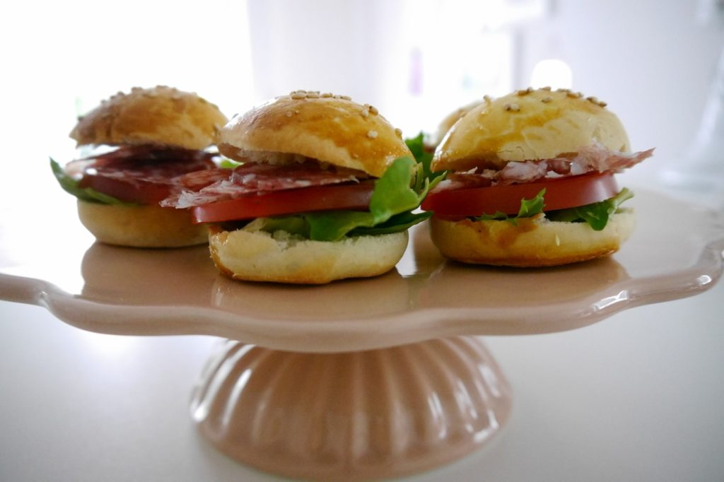 Mini-Burger-Brötchen mit Ringsalami