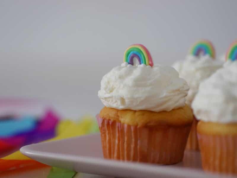 regenbogen cupcakes mit frosting